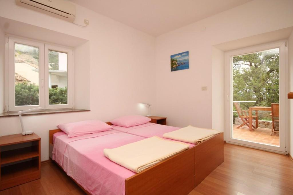 A bed or beds in a room at Apartments with a parking space Plat, Dubrovnik - 8612