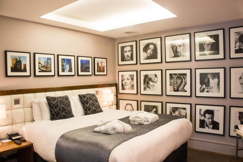 A bed or beds in a room at Le Monde Hotel