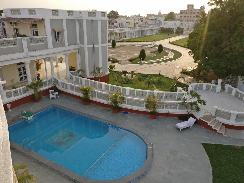 A view of the pool at Dowlat Villas Palace or nearby