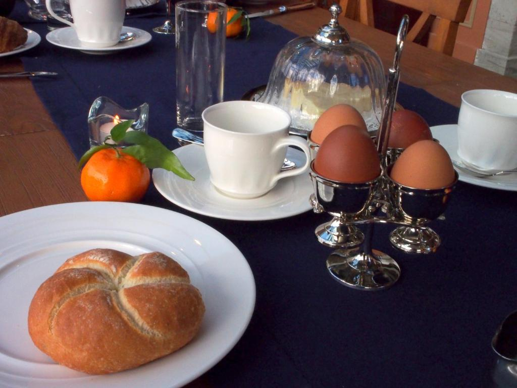 Breakfast options available to guests at Hotel Vorsen