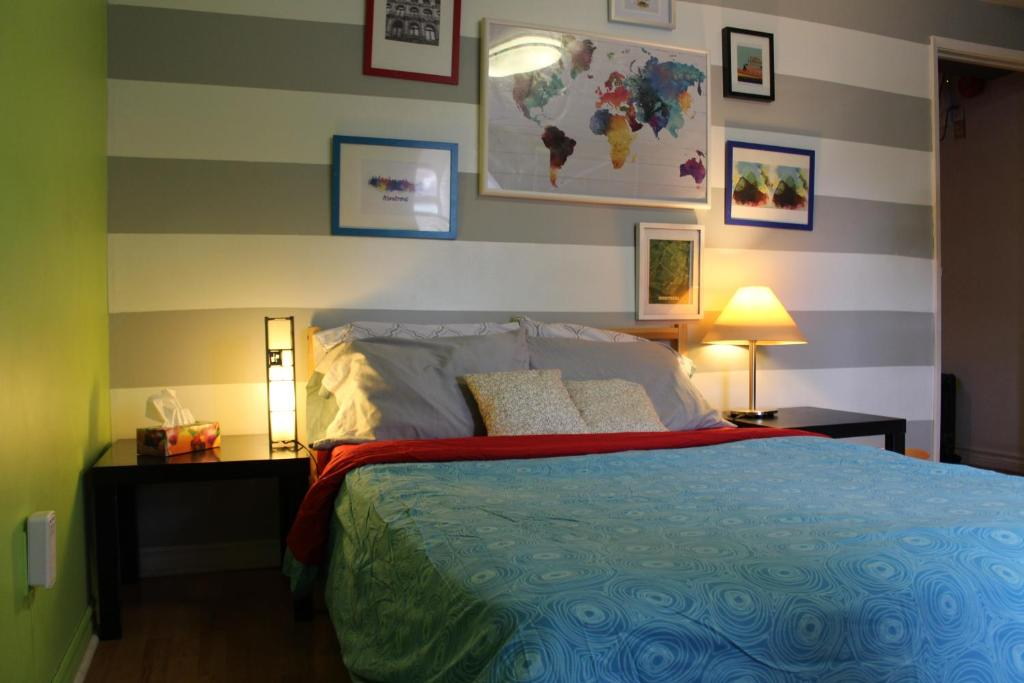 A bed or beds in a room at Auberge Alternative