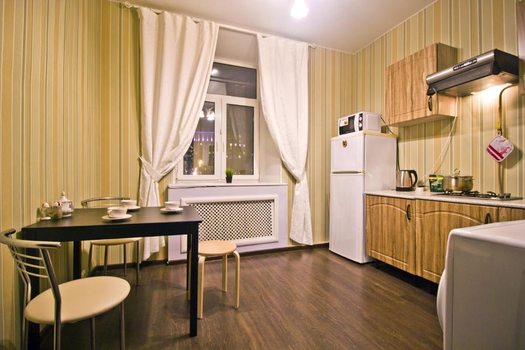 A kitchen or kitchenette at Lakshmi Rooms Park Pobedy