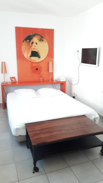 A bed or beds in a room at Vieux Port Studio Chic