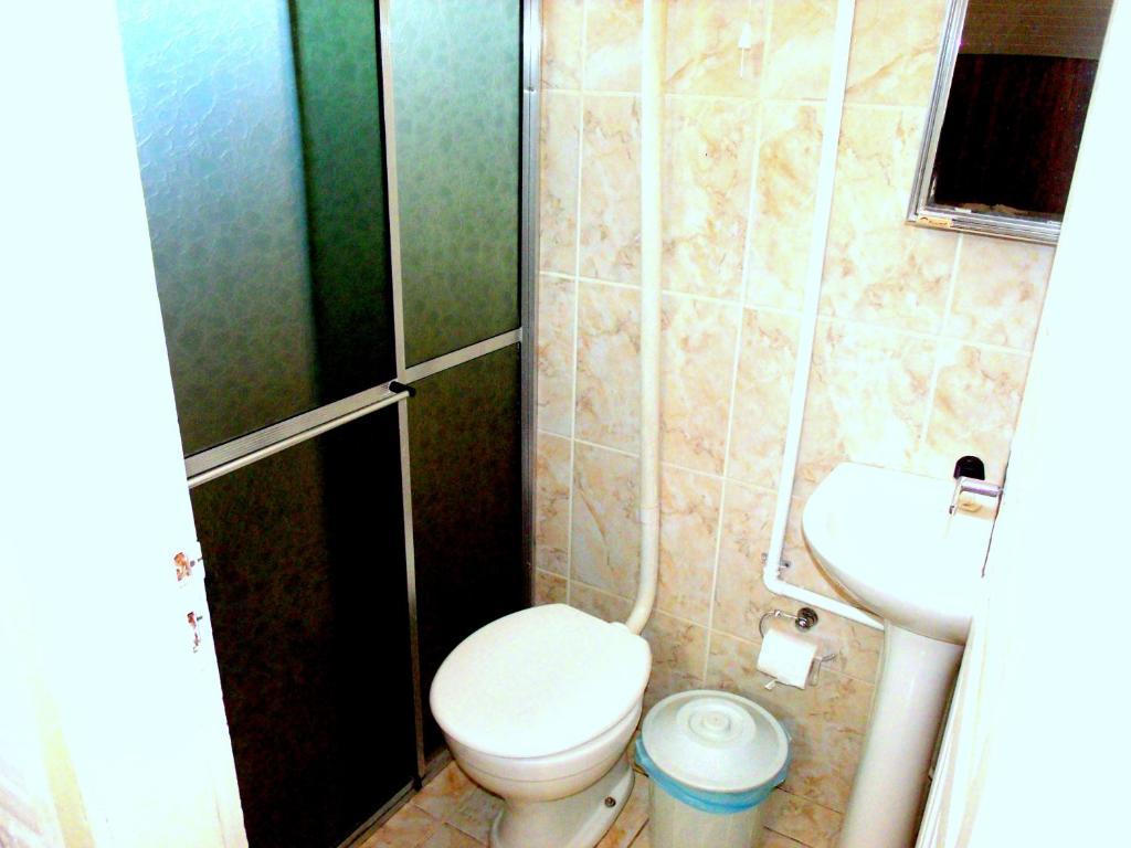 A bathroom at Chalé Apart Hotel