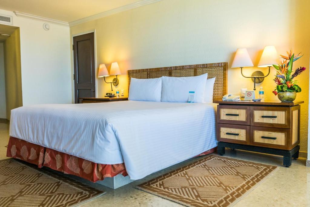 A bed or beds in a room at Princess Mundo Imperial Riviera Diamante Acapulco