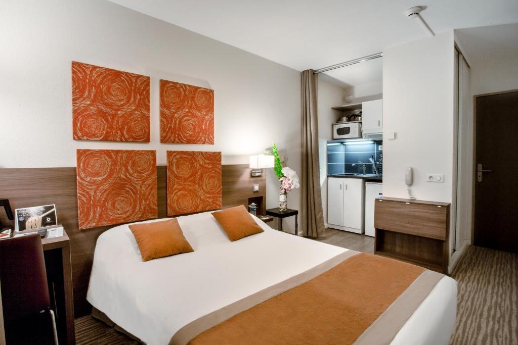 Un ou plusieurs lits dans un hébergement de l'établissement Kyriad Chambéry Centre - Hôtel et Résidence
