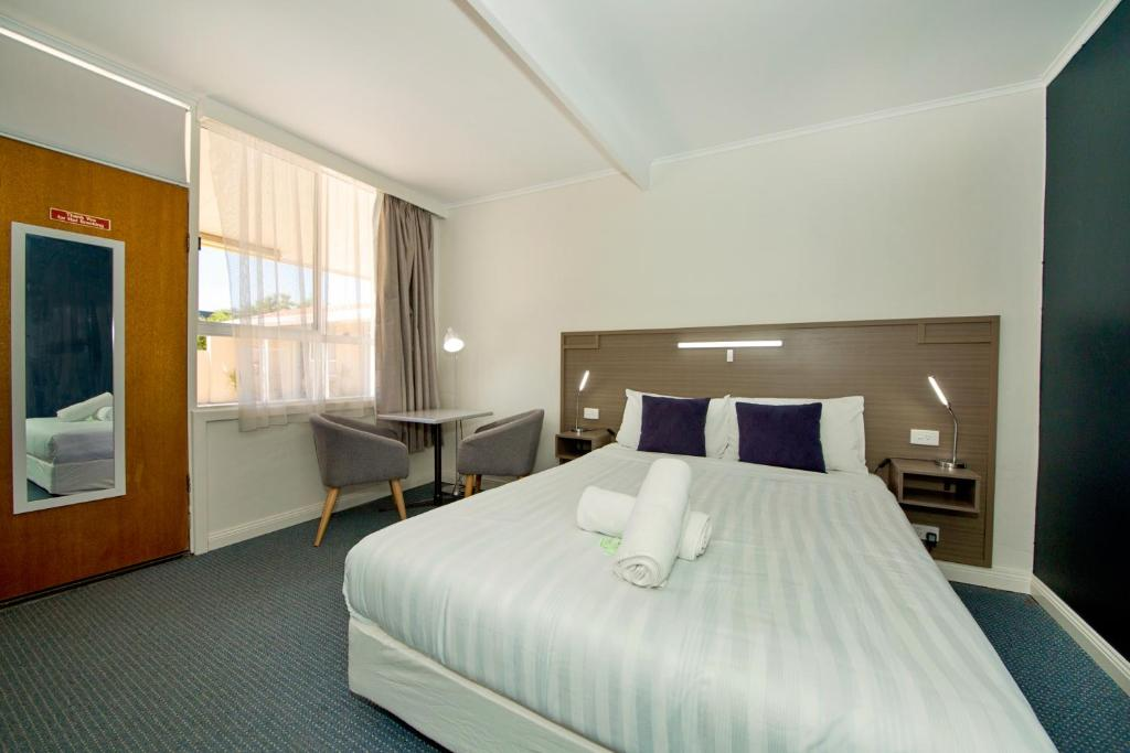 A bed or beds in a room at Motel Yarrawonga