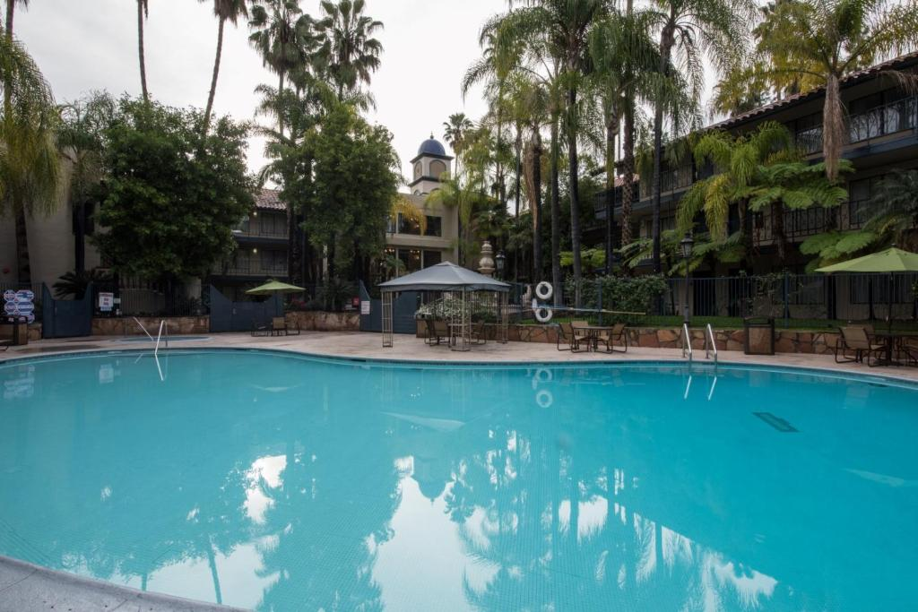 The outdoor swimming pool at the Vanllee Hotel.