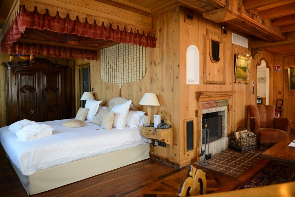 A bed or beds in a room at Les Violettes Hotel & Spa, BW Premier Collection