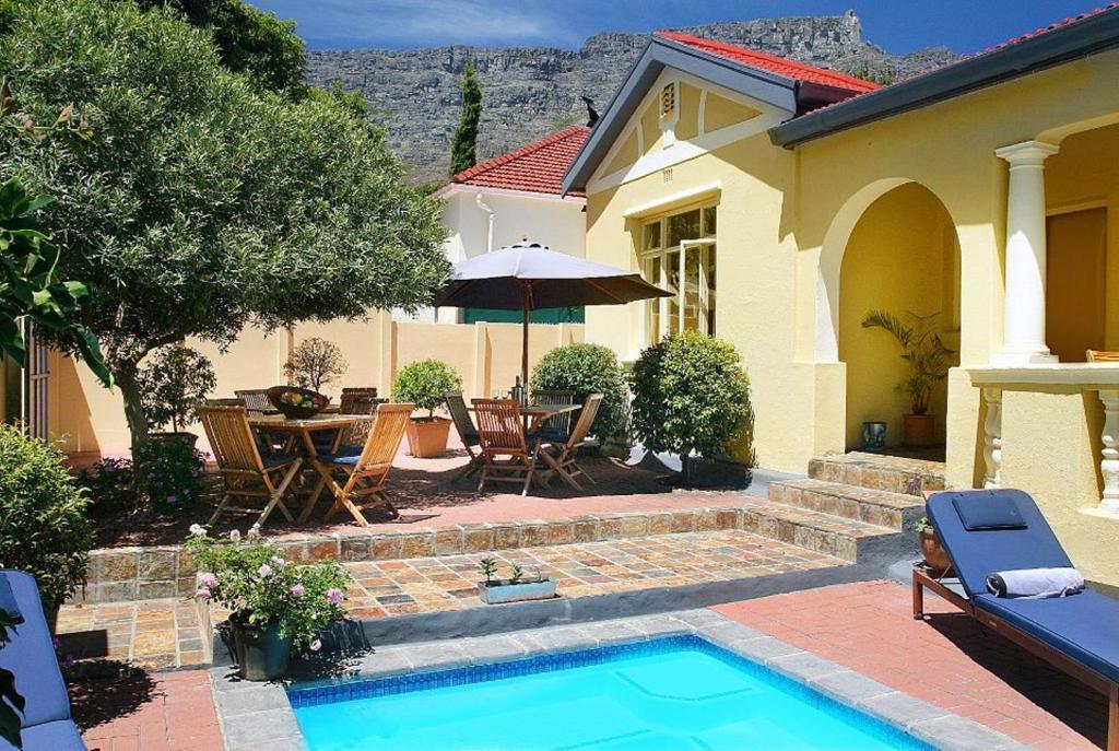 A piscina localizada em Tom's Guest House ou nos arredores