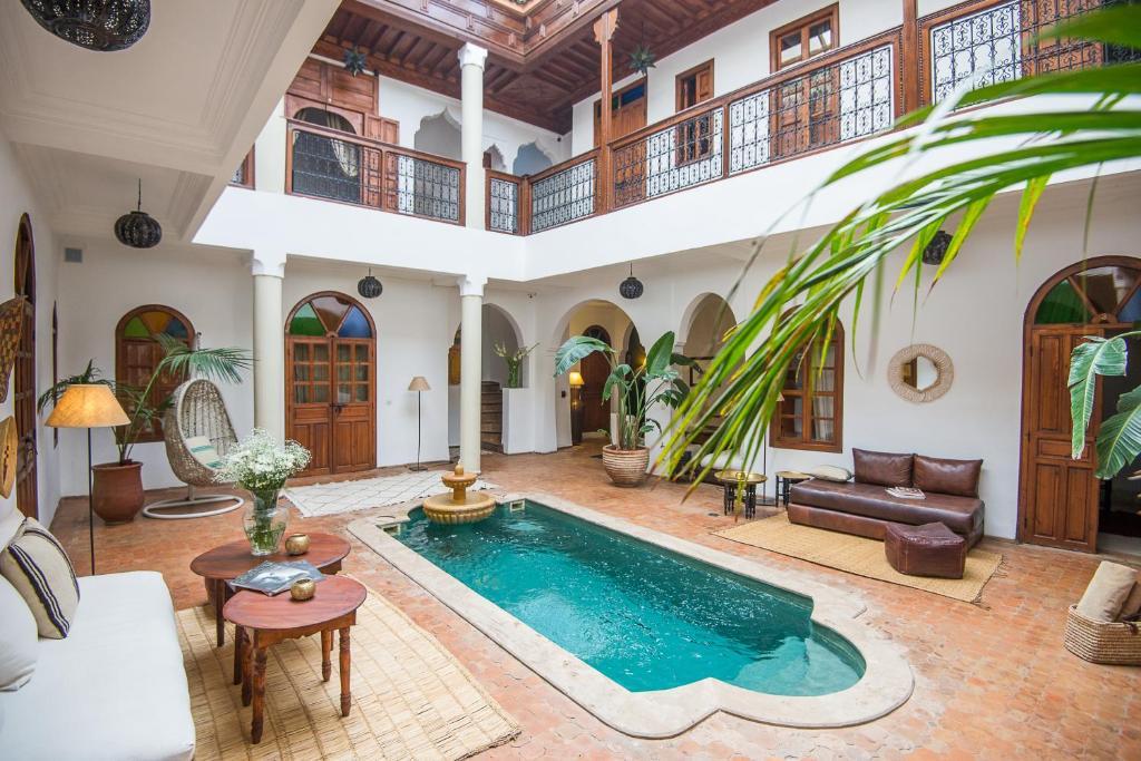 Het zwembad bij of vlak bij Riad Adika & Spa