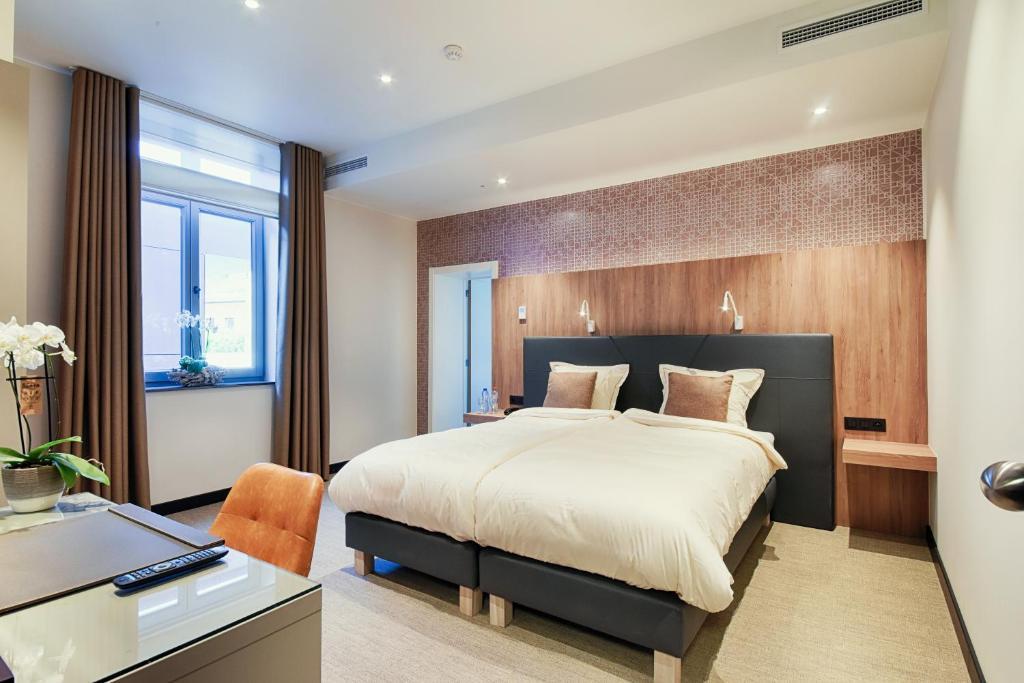 A bed or beds in a room at twee broeders