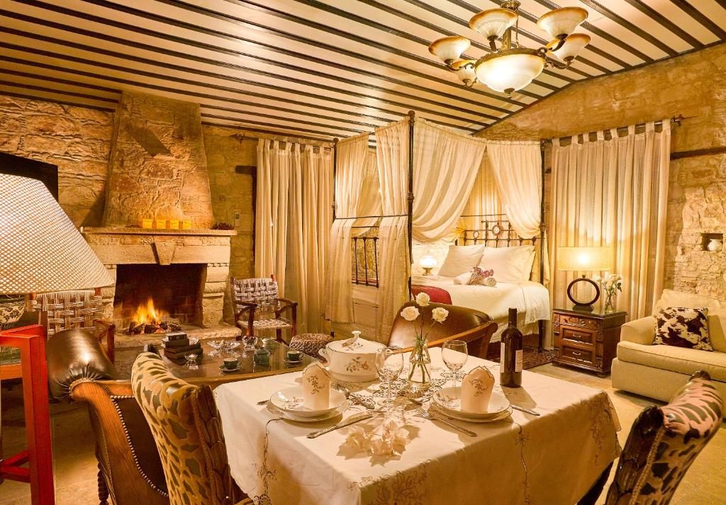 A restaurant or other place to eat at Oinoessa Traditional Boutique Guest Houses