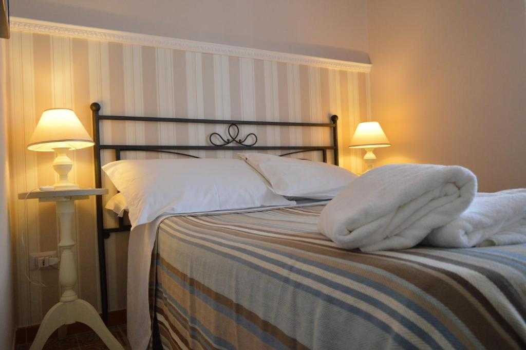 A bed or beds in a room at Salerno Al Golfo B&B