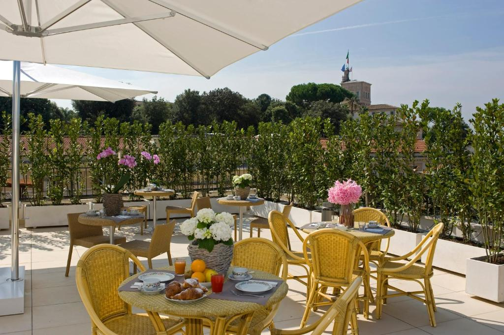 A restaurant or other place to eat at Hotel De Petris