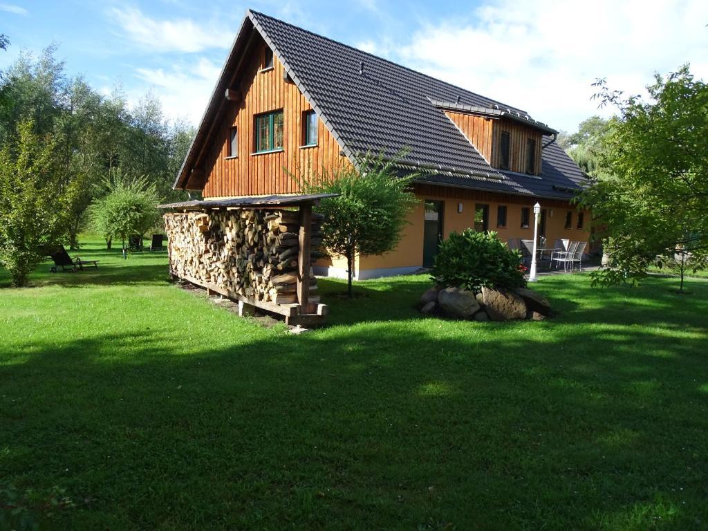 Ein Garten an der Unterkunft Gasthaus & Pension Am Kurfürstendamm