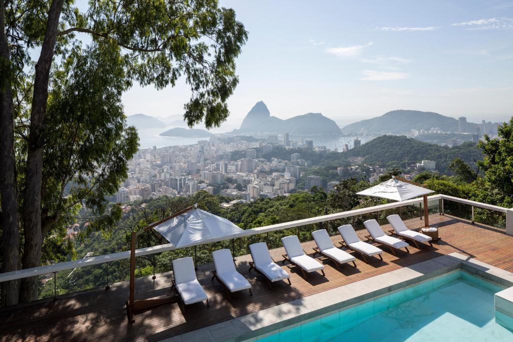 Výhled na bazén z ubytování Vila Santa Teresa nebo okolí
