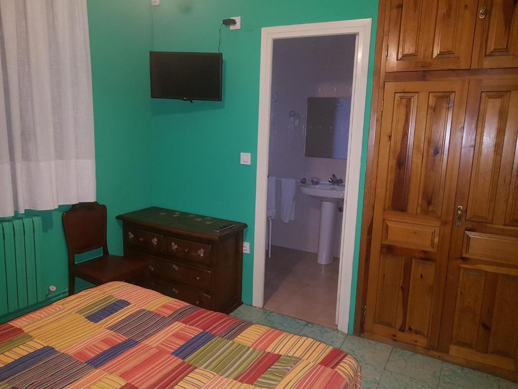 Una televisión o centro de entretenimiento en Hotel de la Val
