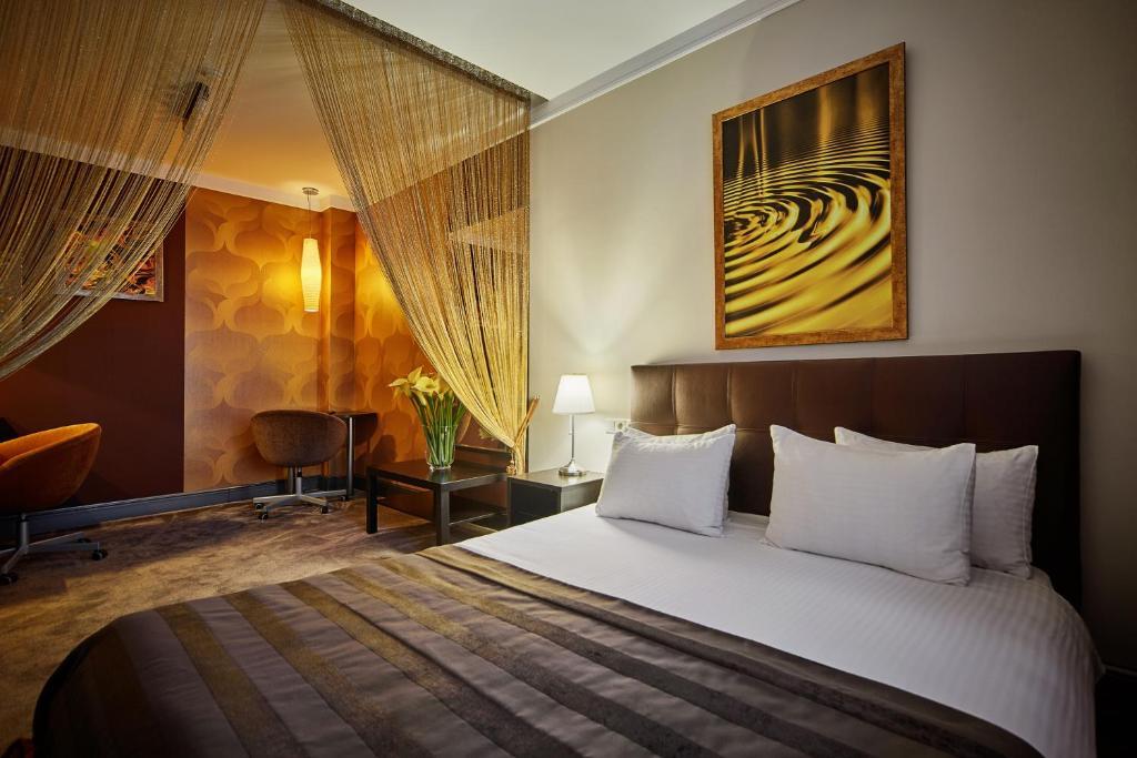 Кровать или кровати в номере Арт-Отель