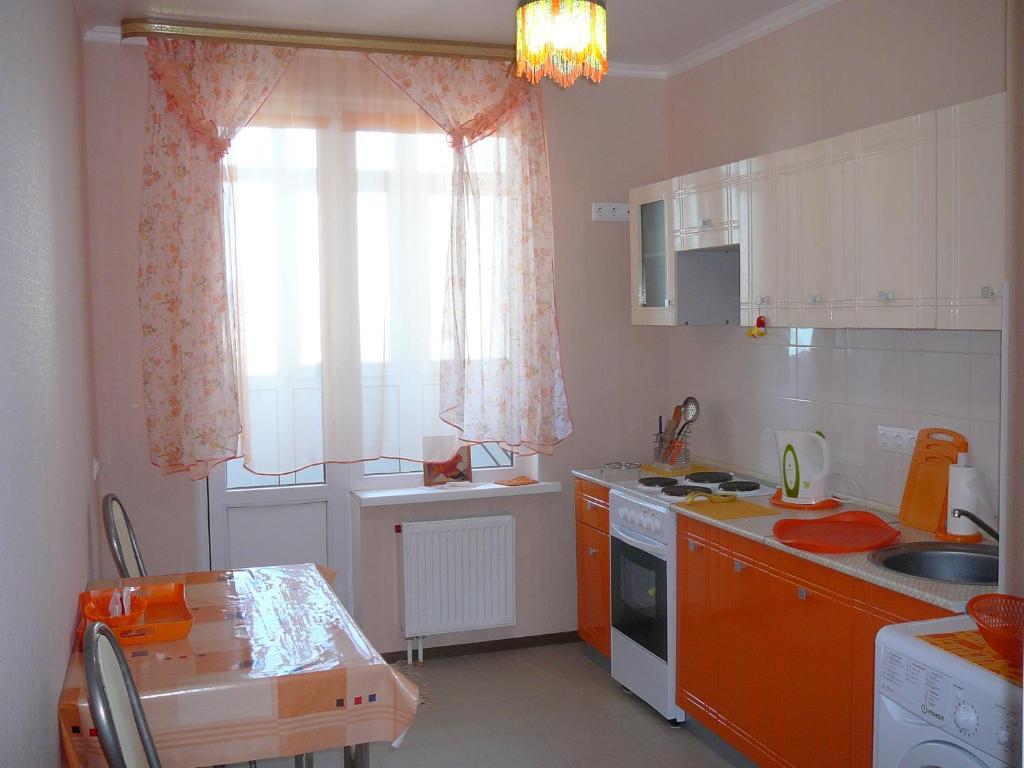 """A kitchen or kitchenette at 1-к квартира ЖК """"Азимут"""""""