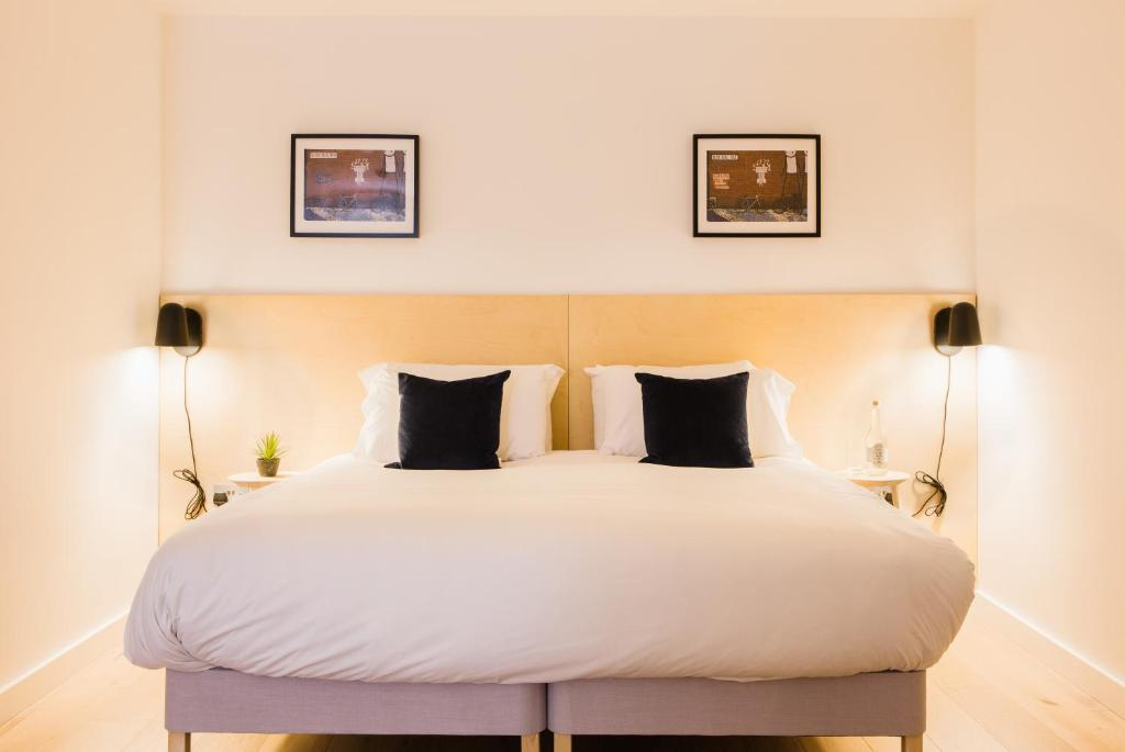 A bed or beds in a room at Hiding Space Westgate Apartments