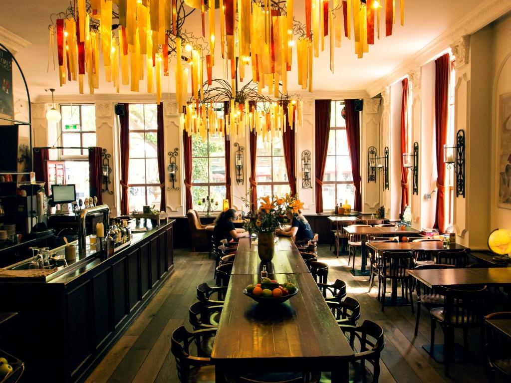 A restaurant or other place to eat at Hotel de Plataan Delft Centrum