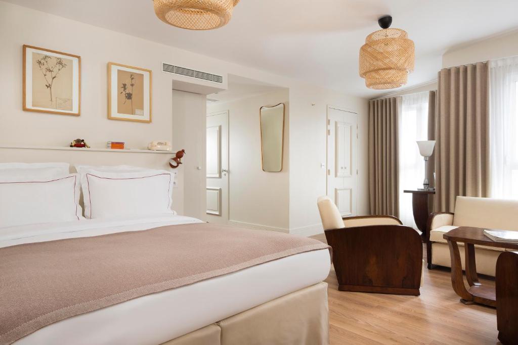 A bed or beds in a room at Hôtel Céleste Batignolles Montmartre
