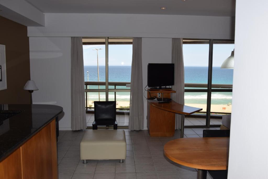 Uma TV ou centro de entretenimento em Apto frente mar na praia da Barra