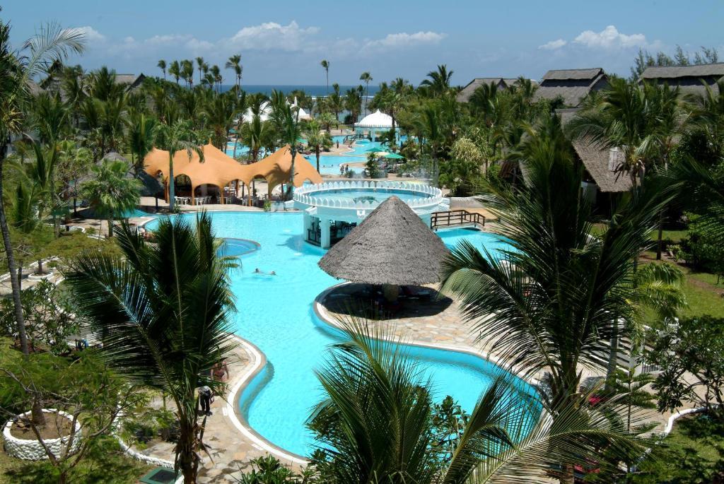 Uitzicht op het zwembad bij Southern Palms Beach Resort of in de buurt