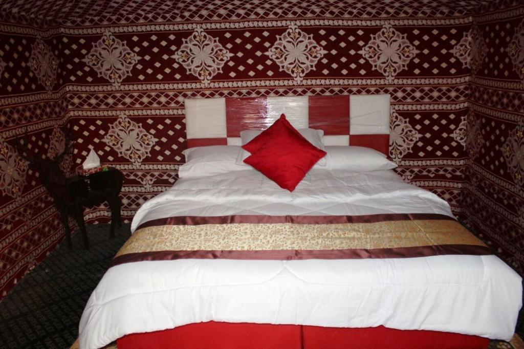 Łóżko lub łóżka w pokoju w obiekcie Wadi Rum Quiet Village Camp