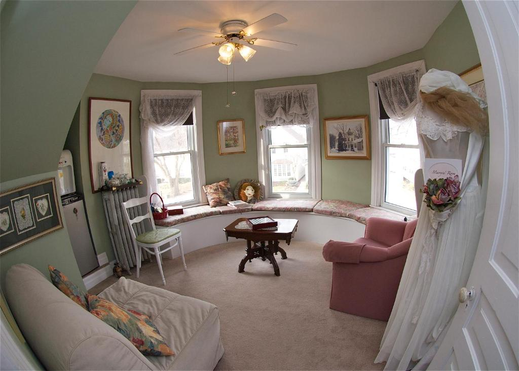 A seating area at Bondy House Bed & Breakfast