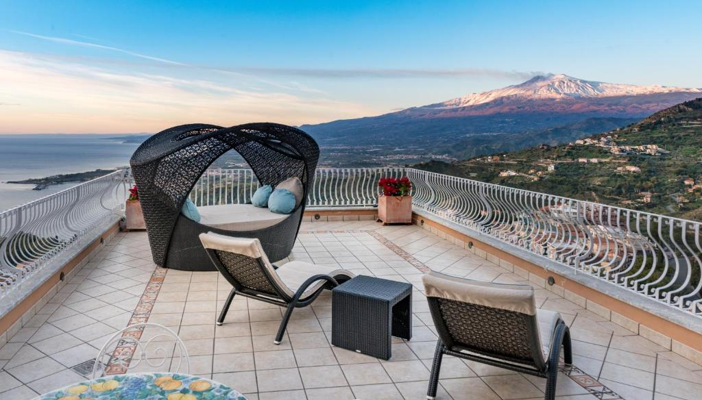 A balcony or terrace at Villa Le Terrazze Charming Rooms