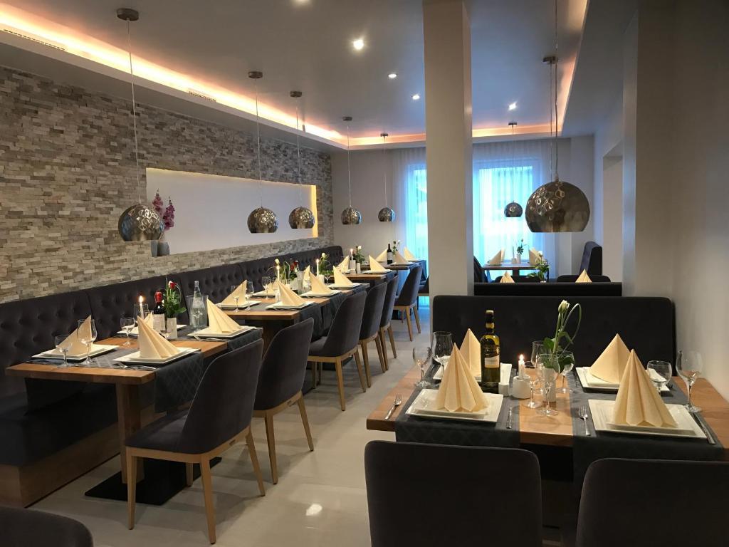 Ein Restaurant oder anderes Speiselokal in der Unterkunft Hotel Esmer