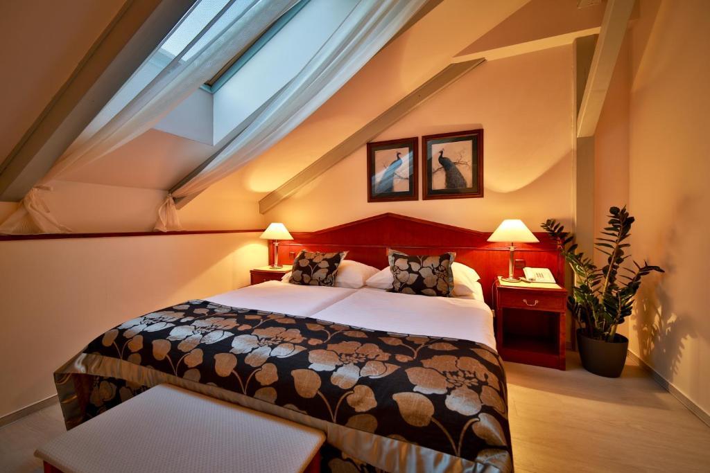 Ein Bett oder Betten in einem Zimmer der Unterkunft Carlton