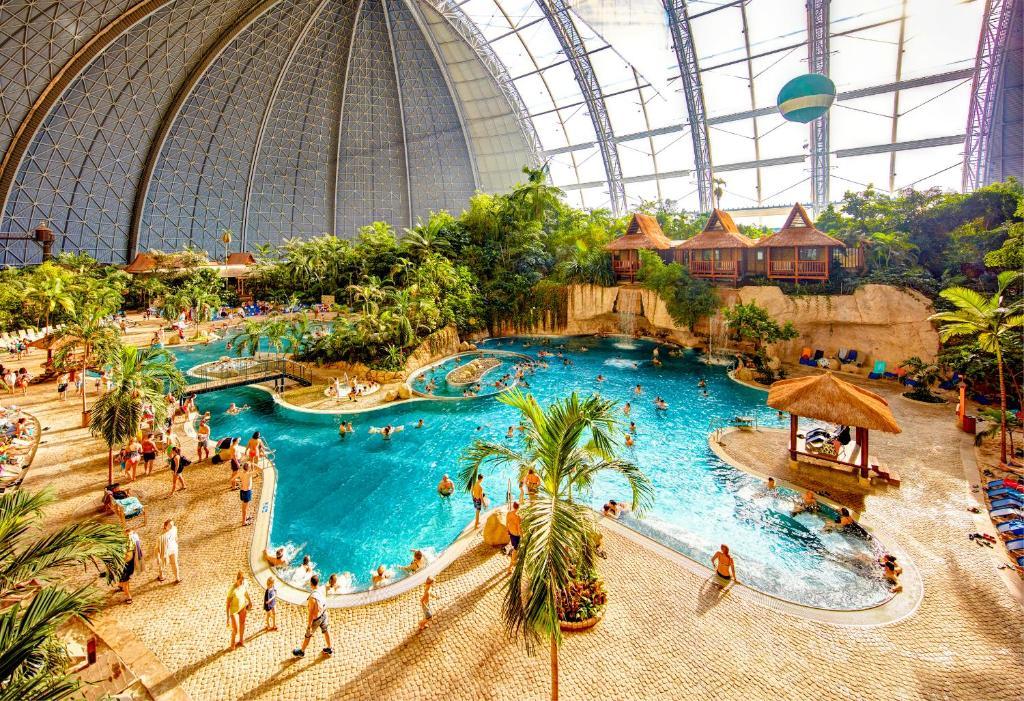 Ein Blick auf den Pool von der Unterkunft Tropical Islands oder aus der Nähe