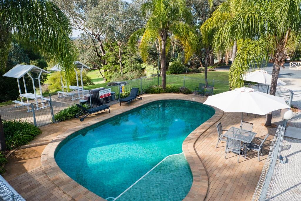 The swimming pool at or close to Commercial Golf Resort