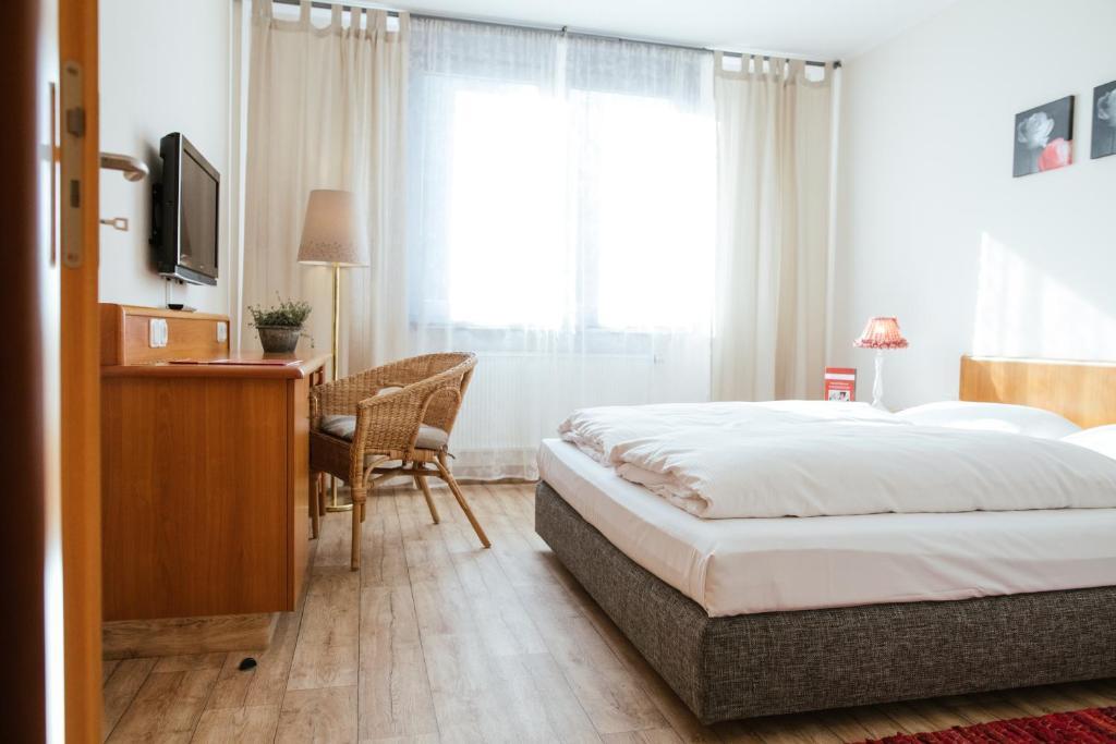 Ein Bett oder Betten in einem Zimmer der Unterkunft Hotel Rosenstadt Forst