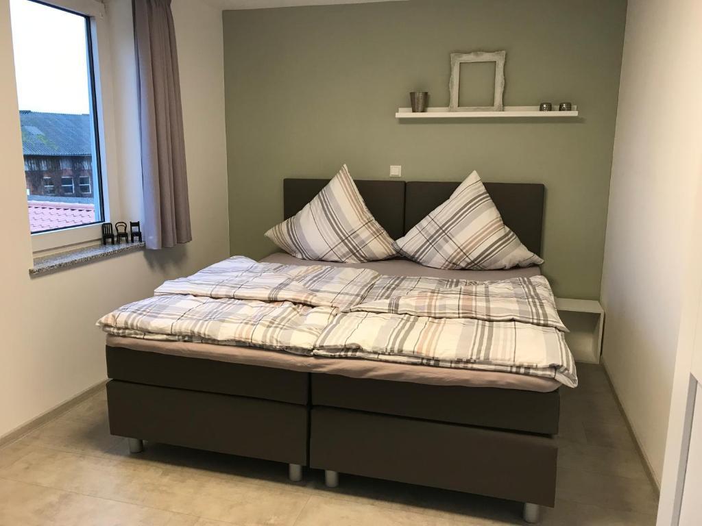 A bed or beds in a room at Das kleine Schwarze