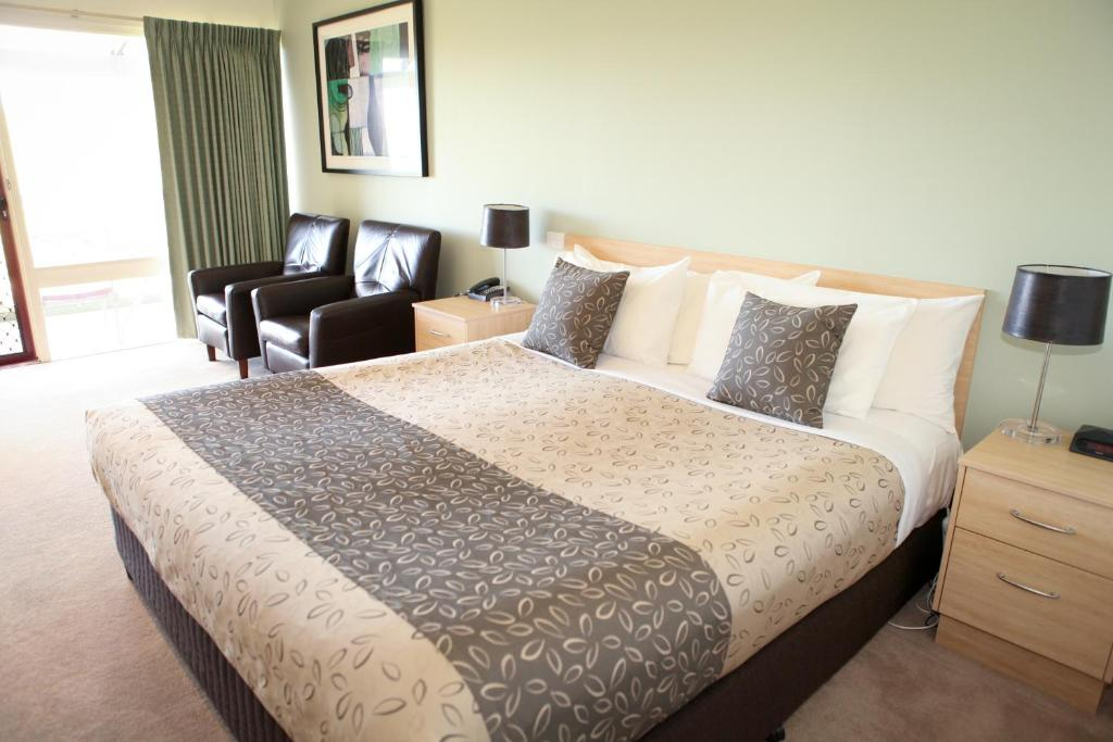 A bed or beds in a room at Golden Heritage Accommodation