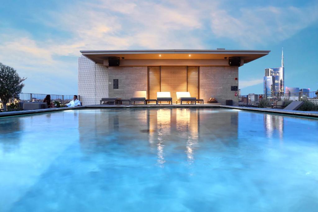 A piscina localizada em Hotel VIU Milan ou nos arredores