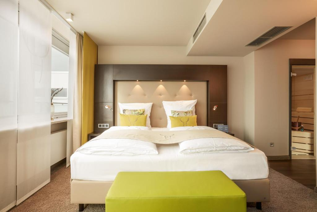 A bed or beds in a room at Hotel Platzhirsch