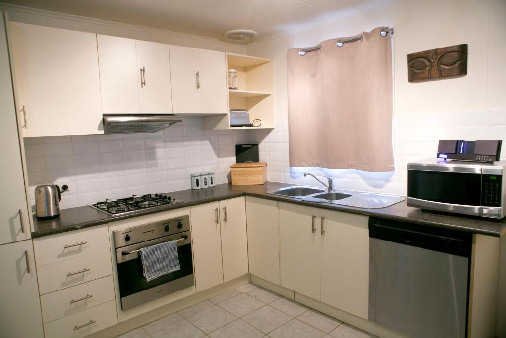 A kitchen or kitchenette at Breakaway Views 374 ALP ST
