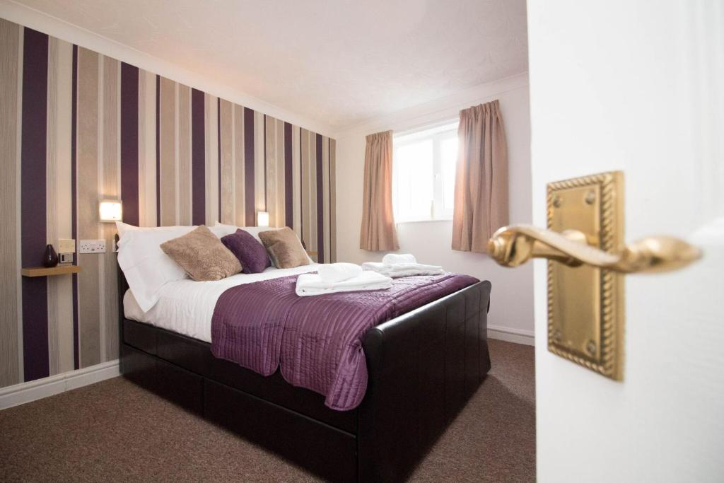 A bed or beds in a room at Apex - Sea Front House Cleethorpes