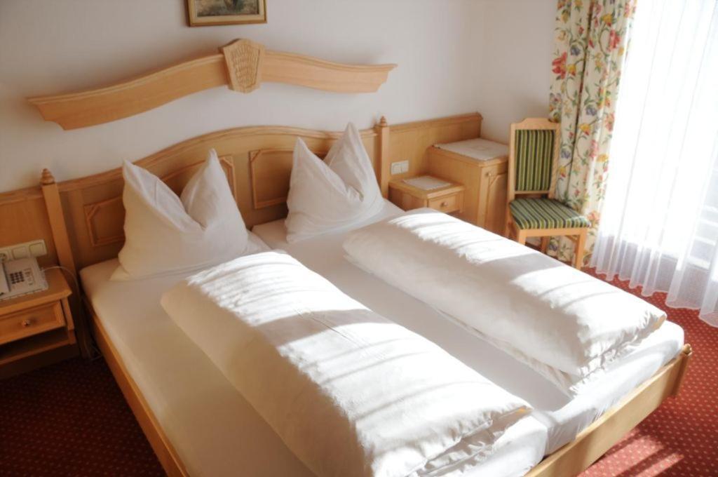 Ein Bett oder Betten in einem Zimmer der Unterkunft Gasthof-Pension Ortner