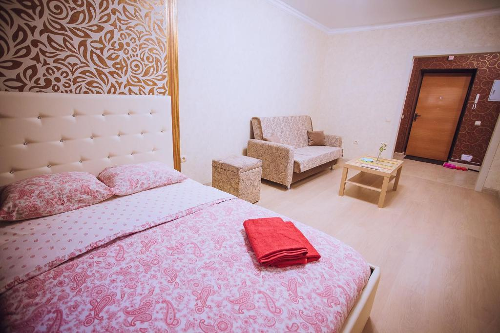 Кровать или кровати в номере Уютная квартира в центре, Октябрьской Революции 23А, от ЭлитХаус24