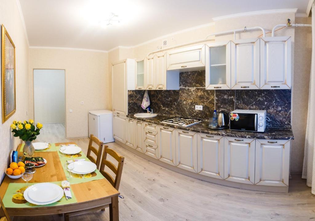 Кухня или мини-кухня в Апартаменты Казань-центр на Чернышевского 16