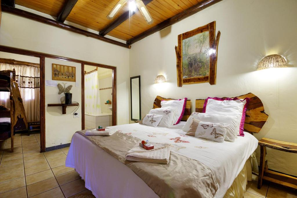 A bed or beds in a room at Umfolozi Riverlodge & Birdpark