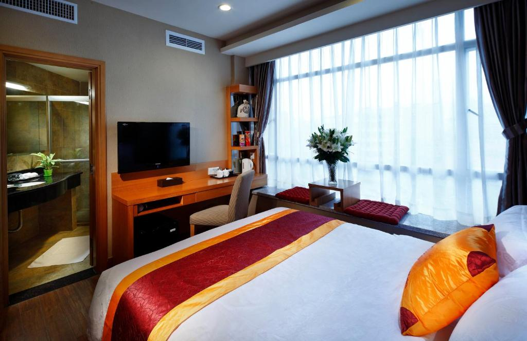 A bed or beds in a room at Guangzhou The Royal Garden Hotel