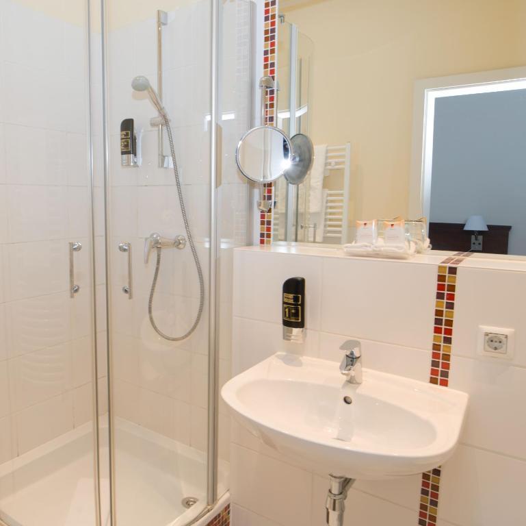 Ein Badezimmer in der Unterkunft REWARI Hotel Berlin