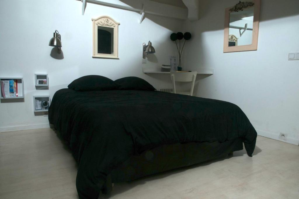 A bed or beds in a room at Marseill'City